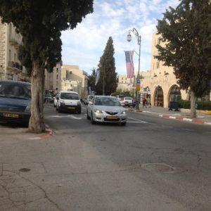 Amerikaanse en Israelische vlaggen gebroederlijk naast elkaar in West Jeruzalem