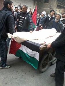 Muhammad Jarbou' wordt op een groentekar naar de begraafplaats gebracht