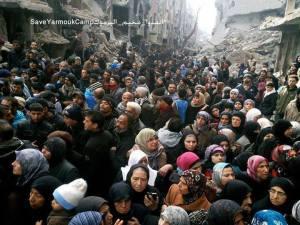 Mensen wachten op voedselpakketten in Yarmouk, 30 januari 2014