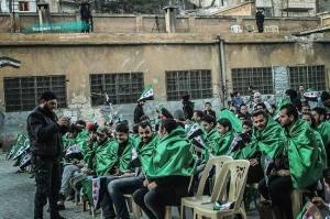 de bijeenkomst in Aleppo, voor de arrestatie, Marcell en Mohammed zitten in het midden, vooraan. In de gaten gehouden door militieleden.