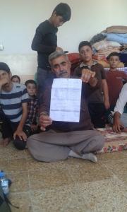 Yazidi man toont een lijst met de namen van 21 familieleden die in de handen zijn van IS